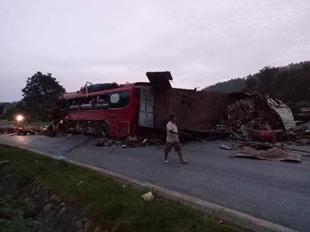 NÓNG: Kinh hoàng xe khách va chạm với xe tải, 3 người chết, hơn 30 người bị thương nằm la liệt trên đường-4