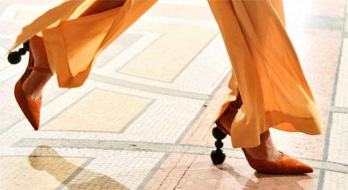 Các kiểu giày trần trụi đang ngày càng chiếm ưu thế được chị em ưa chuộng