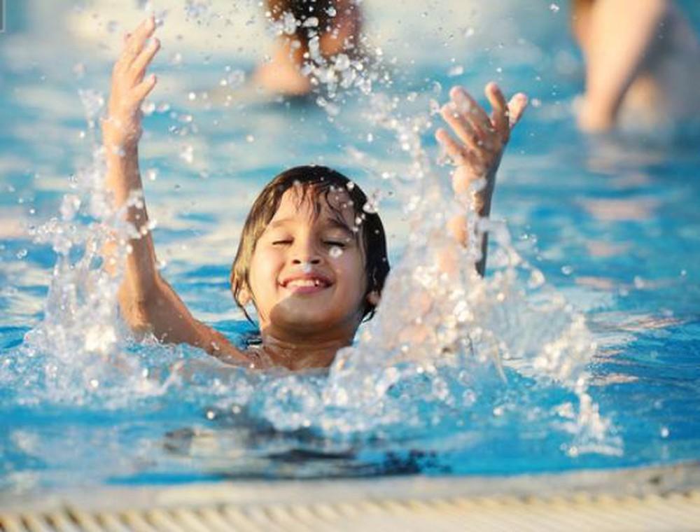 Nước ở các bể bơi là tác nhân gây bệnh đau mắt đỏ: Việc cần thiết cha mẹ phải làm để phòng bệnh cho con khi đi bơi-1