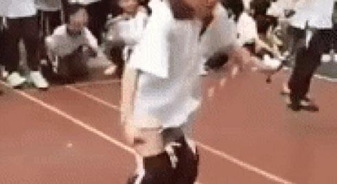 Clip: Chỉ vì sợ trượt môn Thể dục, cậu học sinh cố nhảy dây đến mức TỤT CẢ QUẦN vẫn không chịu dừng