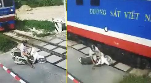 Clip: Băng qua đường sắt thiếu quan sát, nam thanh niên suýt bị tàu cán