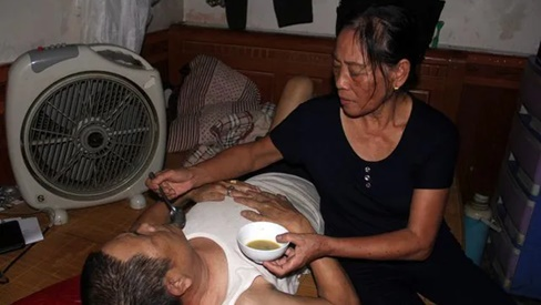 Người đàn bà bất hạnh mất 2 con, chăm chồng ung thư và đứa con sống thực vật