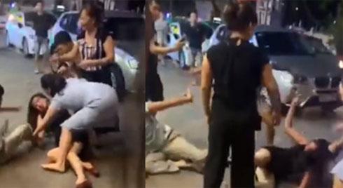 Bị vợ con lao vào đánh ghen, người đàn ông liên tục che chắn cho nhân tình rồi cầu xin: