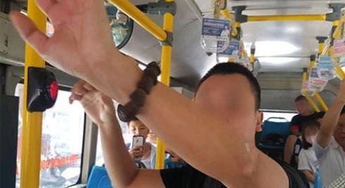 """""""Tự sướng"""" trên xe buýt ngay cạnh bé gái cấp 2, nam thanh niên khiến cộng đồng mạng ngán ngẩm"""