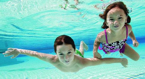 Trẻ đi bơi rất dễ mắc bệnh vùng kín: Chuyên gia mách cho cha mẹ các giải pháp tốt nhất để phòng bệnh cho con