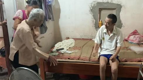 Không phụng dưỡng được mẹ già, người đàn ông bất lực ôm mẹ khóc như đứa trẻ!