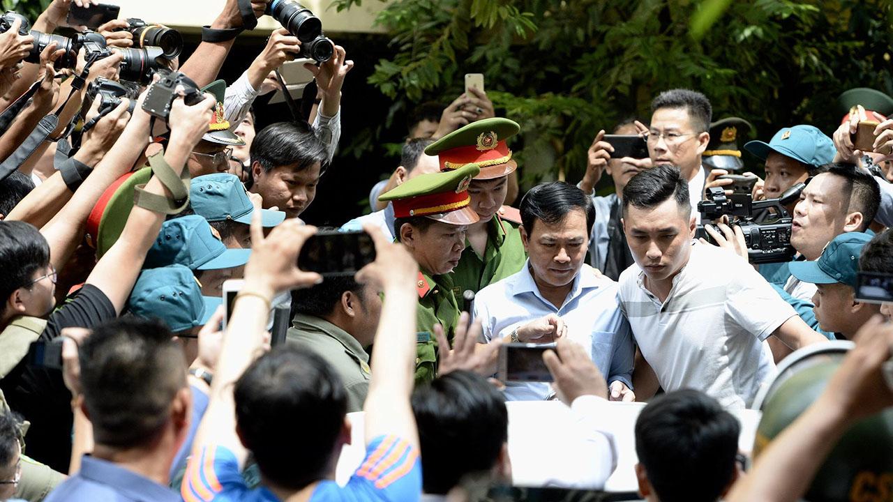 Nhiều người muốn nhìn thấy Nguyễn Hữu Linh khi rời tòa