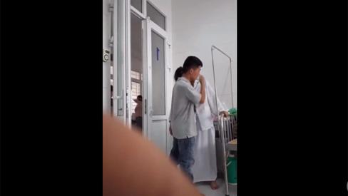 Khoảnh khắc vợ bầu đau đẻ đứng dựa vào vai chồng gây sốt