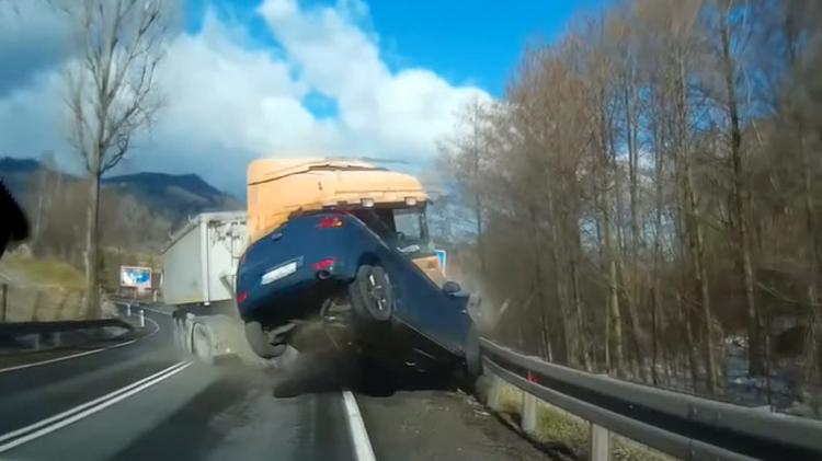 Xe Container bị nổ lốp húc bay ô tô con
