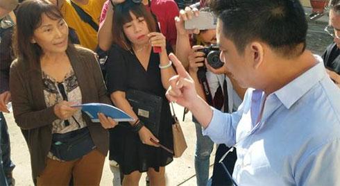 """Bác sĩ Chiêm Quốc Thái và """"mẹ vợ"""" đấu khẩu gay gắt trước phiên tòa xét xử vụ vợ bỏ 1 tỷ thuê giang hồ truy sát chồng"""