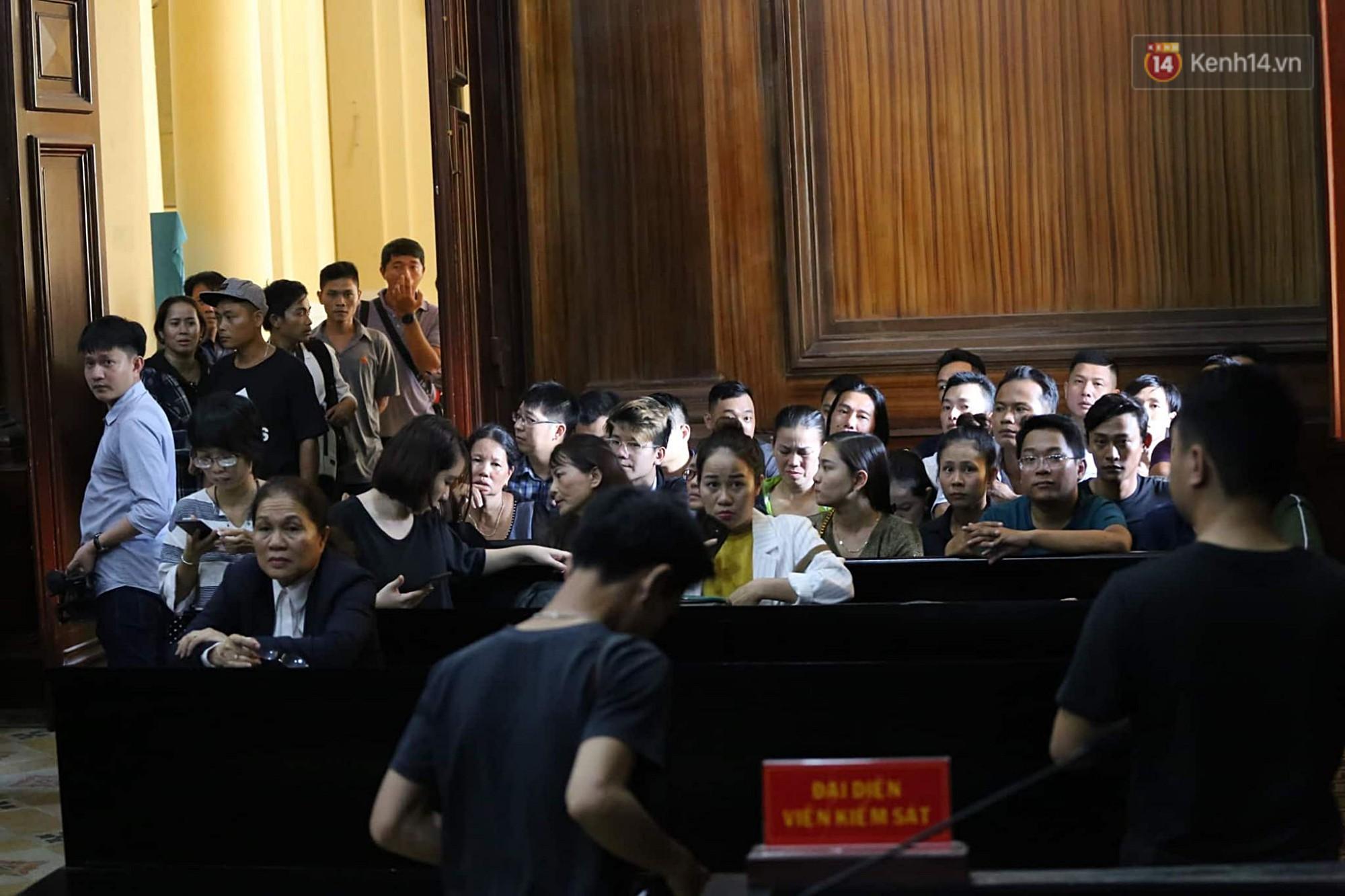 Bác sĩ Chiêm Quốc Thái và mẹ vợ đấu khẩu gay gắt trước phiên tòa xét xử vụ vợ bỏ 1 tỷ thuê giang hồ truy sát chồng-1