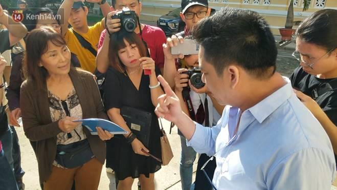 Bác sĩ Chiêm Quốc Thái và mẹ vợ đấu khẩu gay gắt trước phiên tòa xét xử vụ vợ bỏ 1 tỷ thuê giang hồ truy sát chồng-4