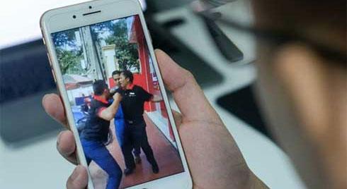 Clip: Vào cửa hàng điện thoại rồi quát 'Mày thích nhảy vào mồm tao không?', nam hành khách bị 2 nhân viên đấm tả tơi