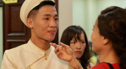 Clip: Trung vệ Bùi Tiến Dũng bảnh bao, diện áo dài vàng mang 11 tráp lễ hoành tráng sang hỏi cưới bạn gái