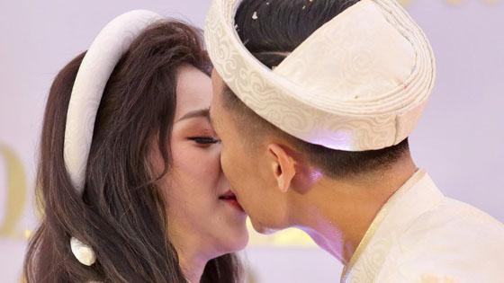 Bùi Tiến Dũng và cô dâu Khánh Linh hôn nhau say đắm trong lễ ăn hỏi