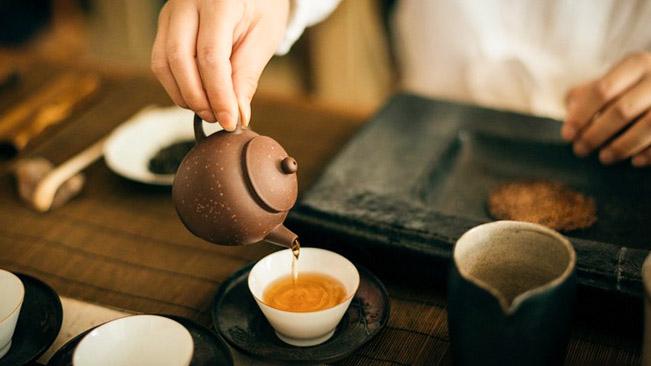 Uống trà nóng và uống nhanh gia tăng nguy cơ ung thư thực quản