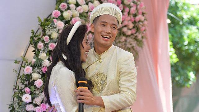 Bùi Tiến Dũng hát 'Nắm lấy tay anh' tặng vợ sắp cưới trong lễ ăn hỏi