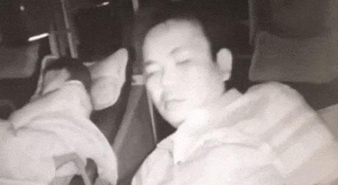 Clip: Chị nông dân bị say xe, ngủ thiếp trên xe khách và hành động lén lút của gã đàn ông khiến ai cũng sốc