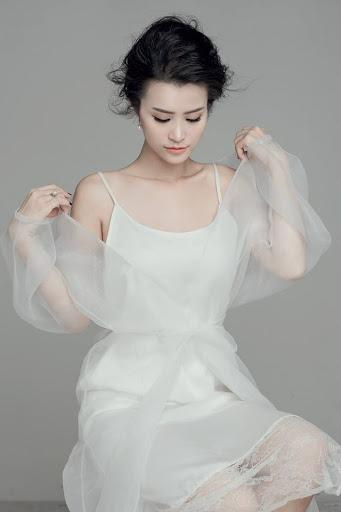 """Hay bị chê thảm họa, nhưng cứ lên đồ với sắc trắng, Đông Nhi lại khiến fan rụng tim""""-10"""