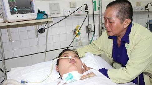 Mẹ 'chết mòn' trên giường bệnh, bé 8 tháng tuổi khóc ngằn ngặt đòi sữa đến nhói lòng!