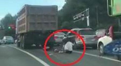 Người phụ nữ bò dậy sau khi bị xe tải chạy qua