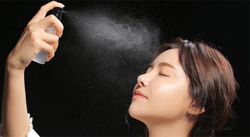 Mùa hè oi bức không thể sống thiếu xịt khoáng, nhưng hãy cẩn thận xịt càng nhiều da càng mất nước