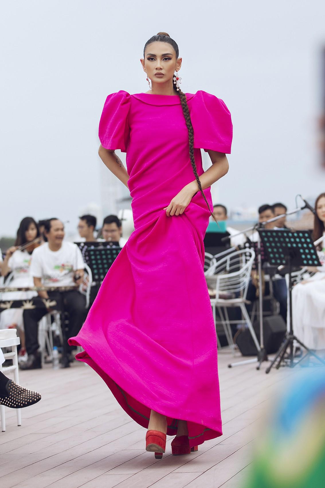Võ Hoàng Yến, Thanh Hằng lãng du bồng bềnh với nắng gió biển khơi-11