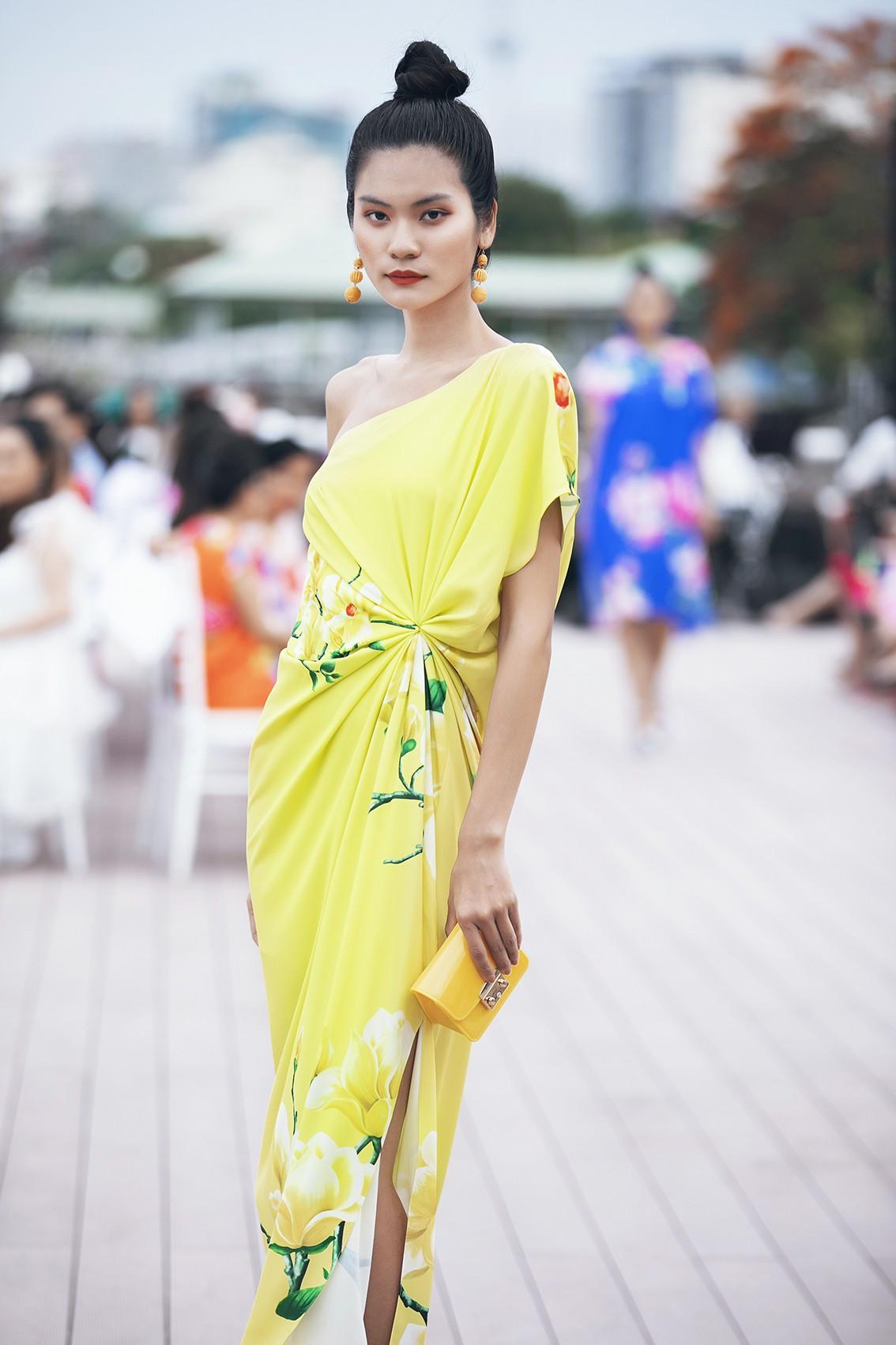 Võ Hoàng Yến, Thanh Hằng lãng du bồng bềnh với nắng gió biển khơi-16