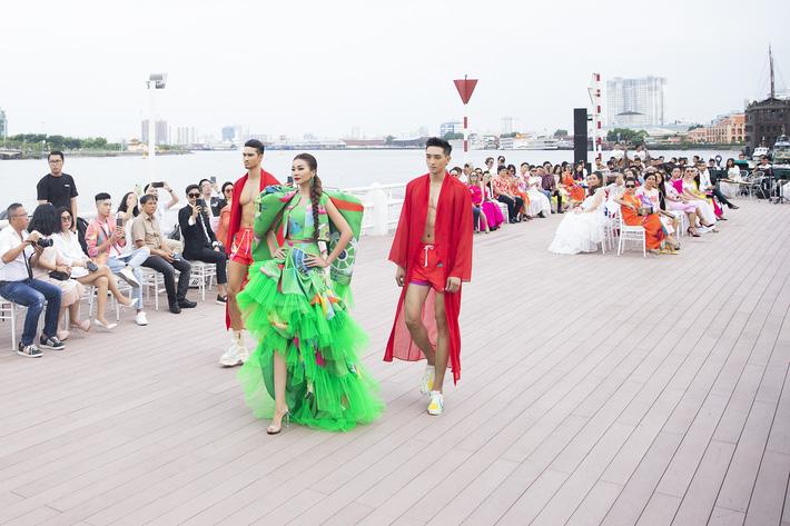 Võ Hoàng Yến, Thanh Hằng lãng du bồng bềnh với nắng gió biển khơi-20