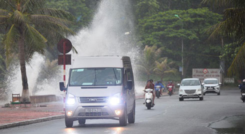 Hải Phòng: Sóng biển dâng cao, người dân Đồ Sơn gấp rút thu dọn trước khi bão số 2 đổ bộ