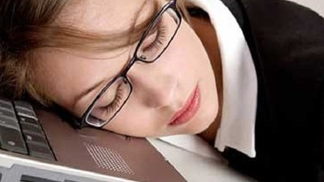 Cách bấm huyệt massage xua tan cảm giác buồn ngủ khi làm việc