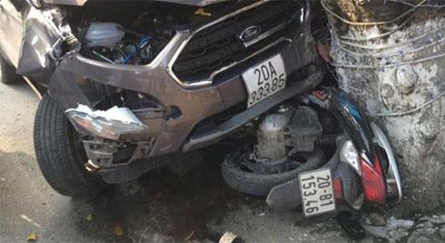 """Clip: """"Xe điên"""" gây tai nạn, húc văng 2 người đi xe máy trên đường ở Thái Nguyên"""