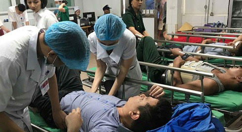 Xe khách tông xe container 15 người thương vong: Sau tiếng rầm thấy la liệt người bị thương
