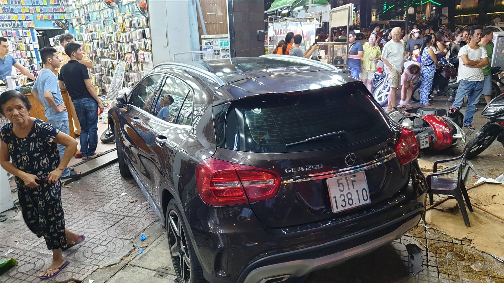 TP.HCM: Nữ tài xế lái Mercedes tông hàng loạt xe máy, nhiều người nằm la liệt trên đường-1