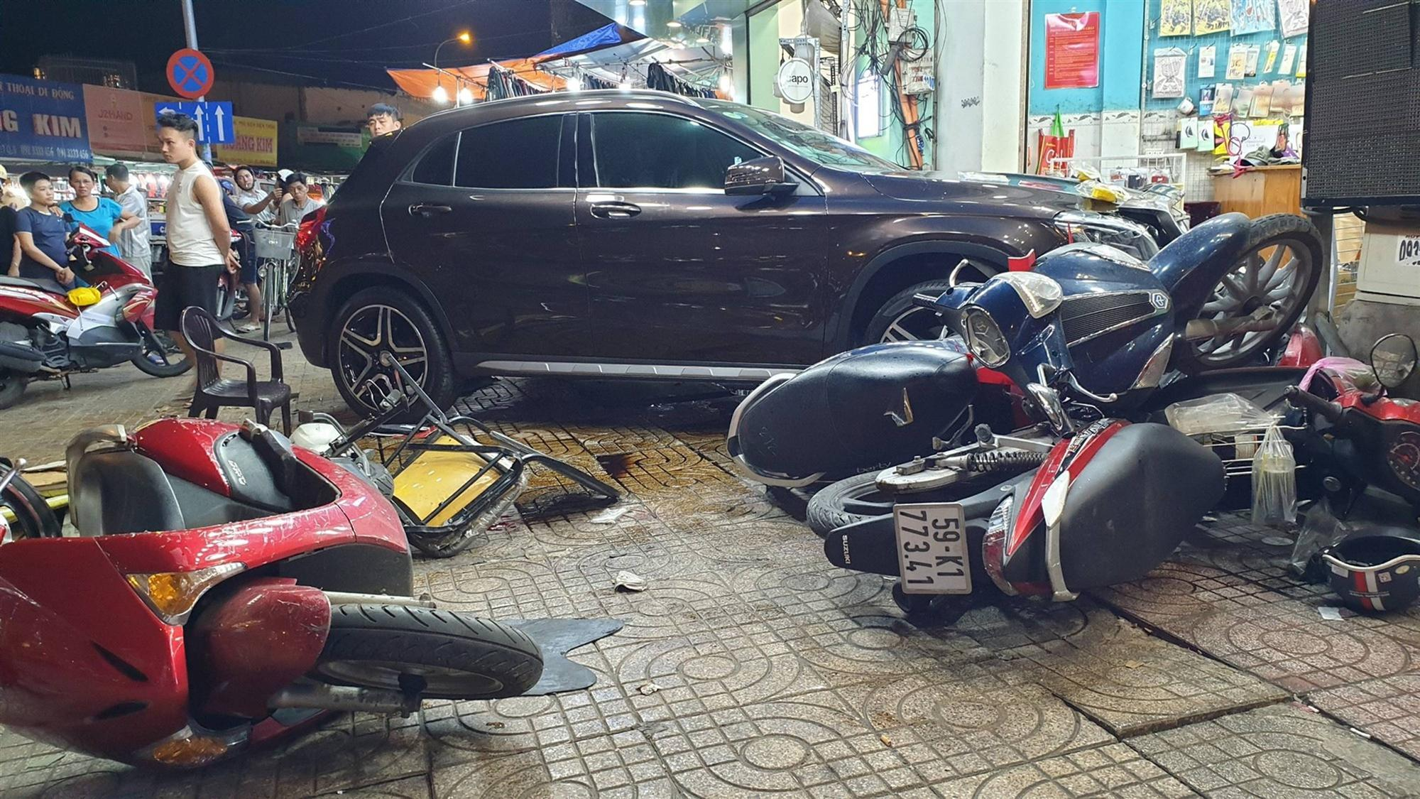 TP.HCM: Nữ tài xế lái Mercedes tông hàng loạt xe máy, nhiều người nằm la liệt trên đường-2