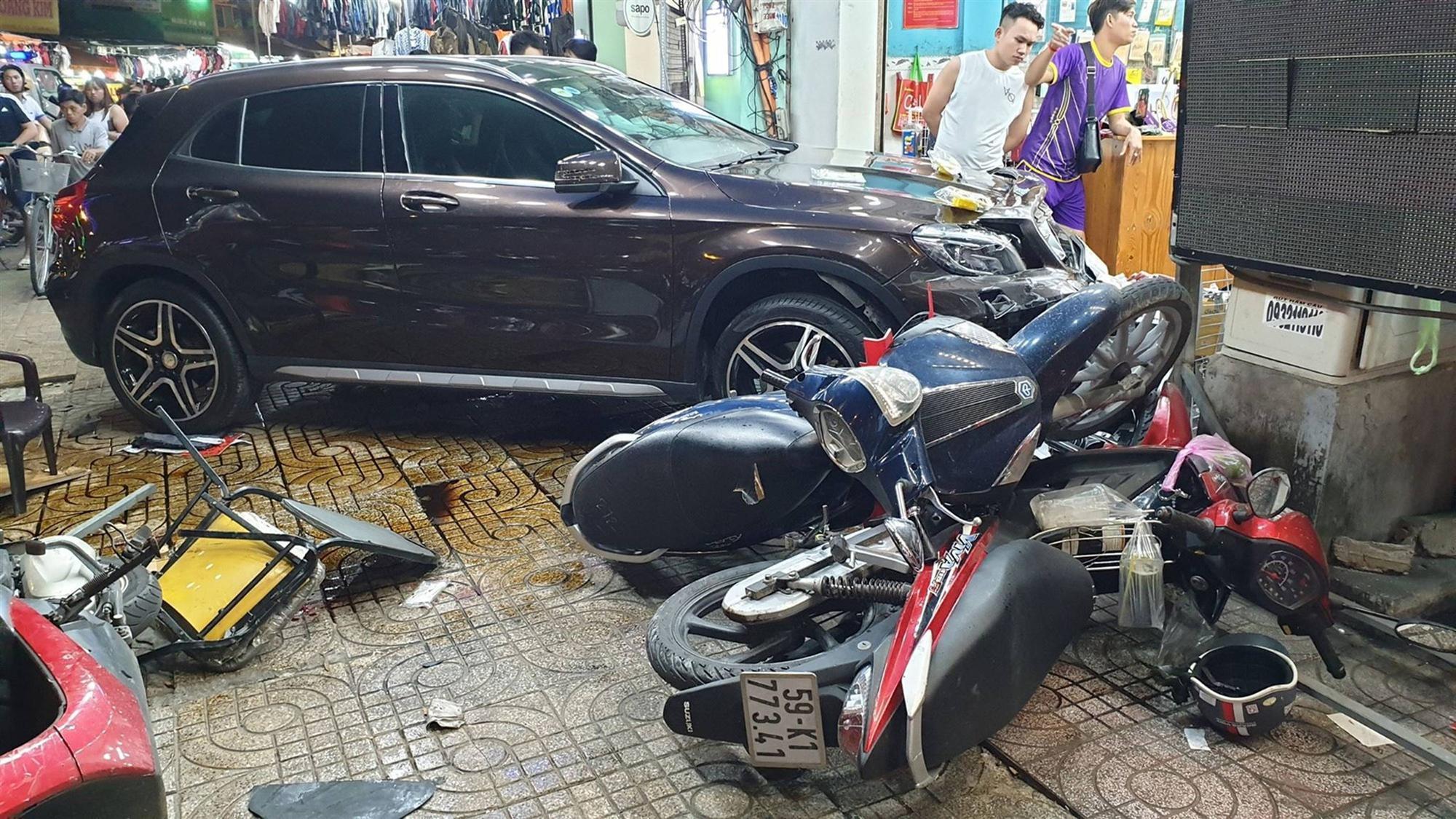 TP.HCM: Nữ tài xế lái Mercedes tông hàng loạt xe máy, nhiều người nằm la liệt trên đường-3