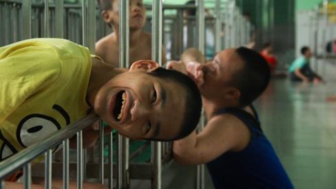 Ánh mắt cầu cứu của hơn 100 đứa trẻ tật nguyền, lớn lên bên bàn tay chăm sóc của người mẹ già 82 tuổi