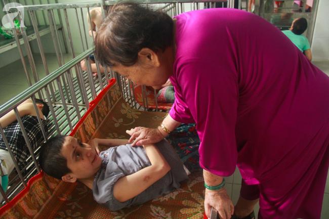 Ánh mắt cầu cứu của hơn 100 đứa trẻ tật nguyền, lớn lên bên bàn tay chăm sóc của người mẹ già 82 tuổi-1