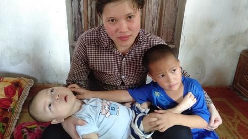 Con trai lớn 5 tuổi mắc bệnh tim, đứa bé 1 tuổi liệt tứ chi, người mẹ nuốt nước mắt cầu xin một cơ hội để cứu con