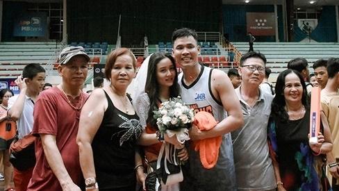 Phía sau đám cưới trên sân đấu là chuyện tình thi vị, nên duyên nhờ 'comment dạo' của Đàm Huy Đại và vợ 9X