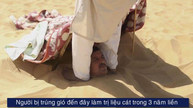 Chôn mình trong cát dưới nắng 50 độ để chữa đột quỵ, nhức xương