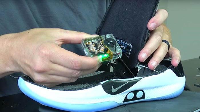 Động cơ bên trong đôi giày Nike Adapt BB có thiết kế như thế nào?