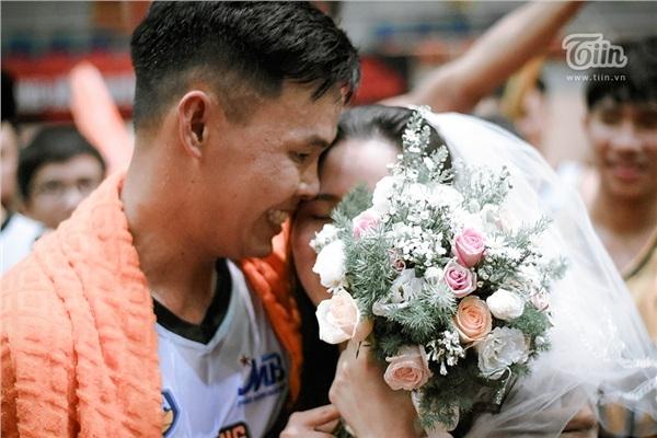 Phía sau đám cưới trên sân đấu là chuyện tình thi vị, nên duyên nhờ comment dạo của Đàm Huy Đại và vợ 9X-1