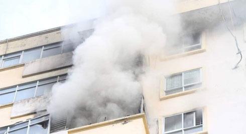 Hà Nội: Chung cư cao tầng bốc cháy dữ dội, hàng trăm cư dân tháo chạy hoảng loạn