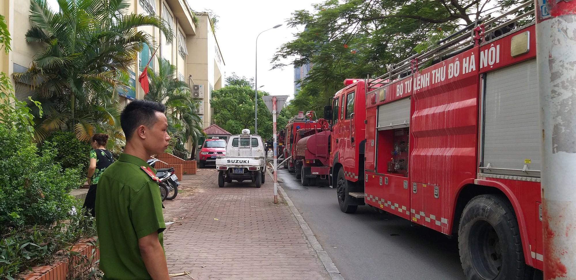 Hà Nội: Chung cư cao tầng bốc cháy dữ dội, hàng trăm cư dân tháo chạy hoảng loạn-9