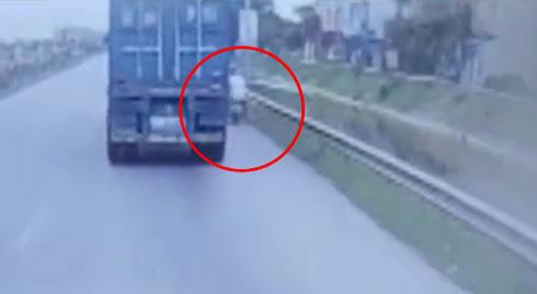 Clip: Người đàn ông ngã văng ra vệ đường, suýt bỏ mạng vì liều lĩnh vượt phải container trên quốc lộ