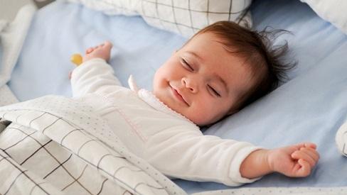 Lợi ích của ngủ không cần gối đối với bé yêu và cả nhà