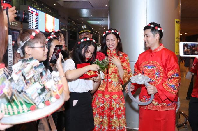 Đông Nhi - Ông Cao Thắng được fan tổ chức đám cưới tại sân bay-5