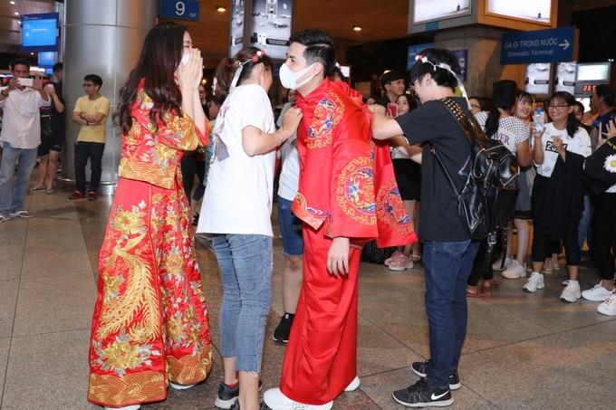 Đông Nhi - Ông Cao Thắng được fan tổ chức đám cưới tại sân bay-1