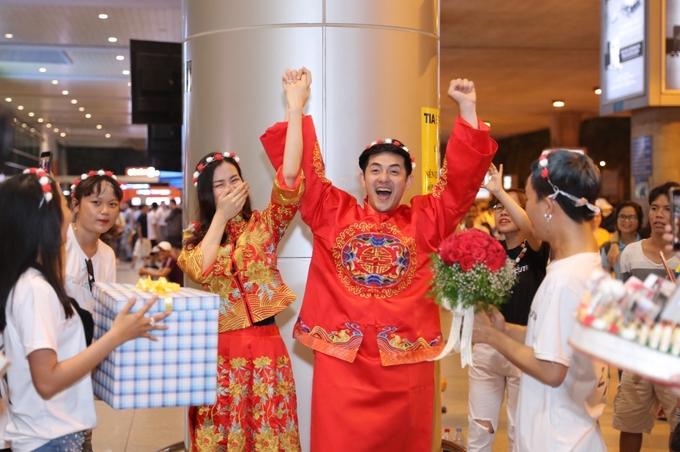 Đông Nhi - Ông Cao Thắng được fan tổ chức đám cưới tại sân bay-2